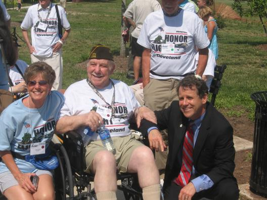 Senator Brown meets with Ohio Honor Flight Veterans at the WWII Memorial in Washington, DC