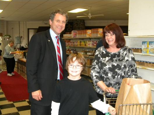 Sen. Brown Visits Akron Food Pantry